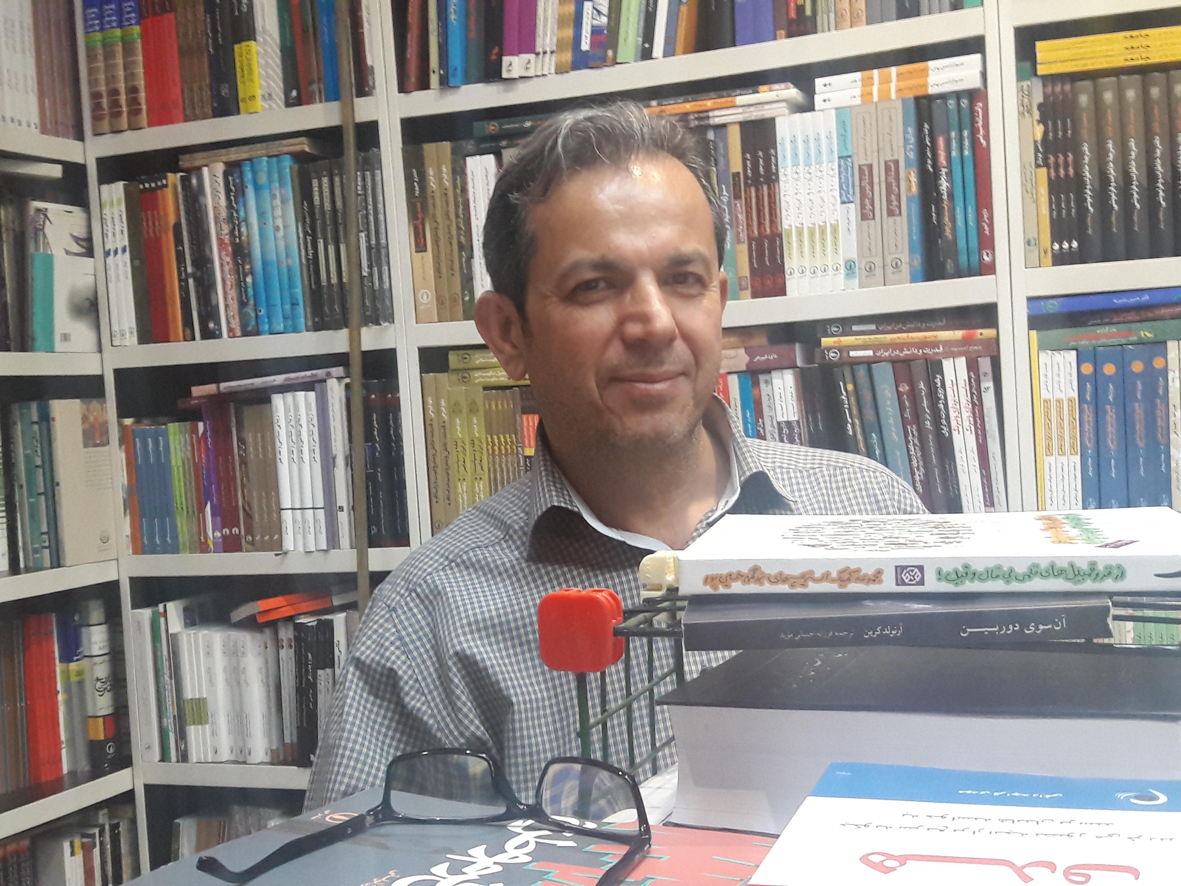 آقای اکبری-مسئول کتابفروشی خانه کتاب استان قم